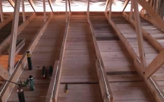 Чем лучше подшить потолок в частном доме?