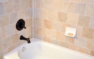 Чем заделать стык ванны со стеной?