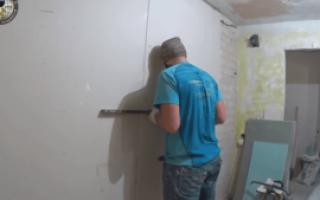 Как приклеить гипсокартон к неровной стене