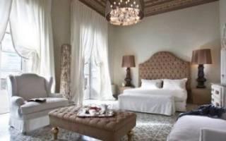 Спальня с двумя окнами на одной стене