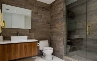 Ванная комната с плиткой под дерево