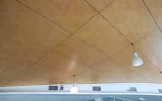 Потолок из фанеры в деревянном доме фото