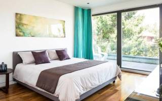 Как поставить кровать в спальне относительно двери
