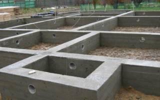 Поливка бетона водой после заливки